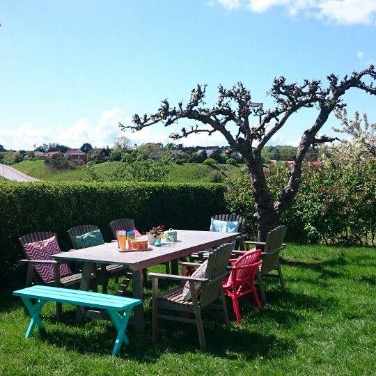 Redo för fika på Fagerska palatset mellan äppelträden. Trädgårdsmöbler från bla Ikea Sunderö.