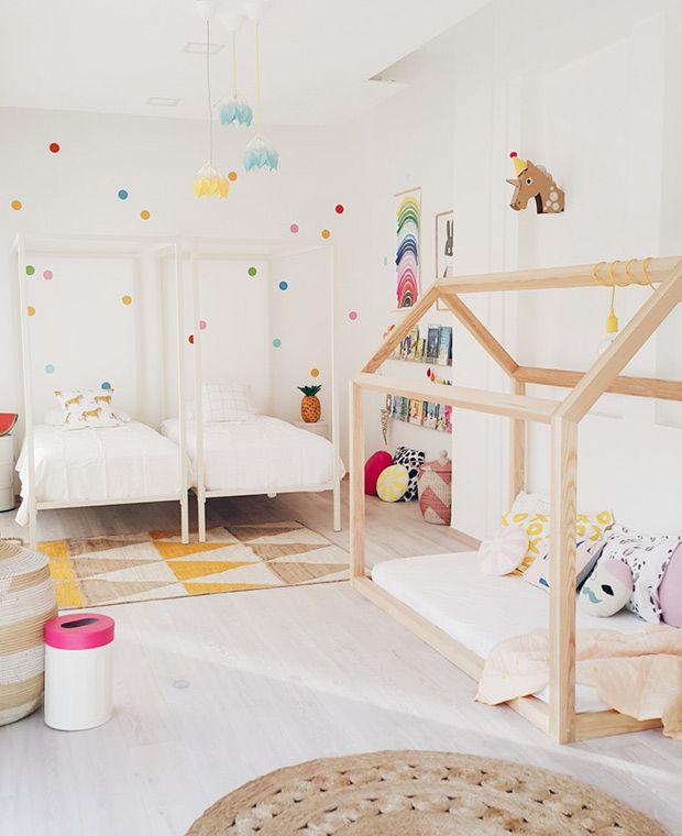Un schéma blanc sur blanc maintient également le look cool dans une chambre à coucher pour deux …