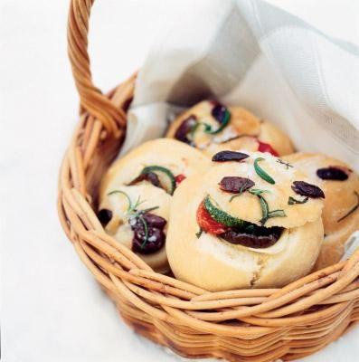 Italialaiset focaccia-sämpylät // Italian Mini Focaccias Food & Style Sanna Kekäläinen Photo Sari Tamikari Maku 2/2006, www.maku.fi