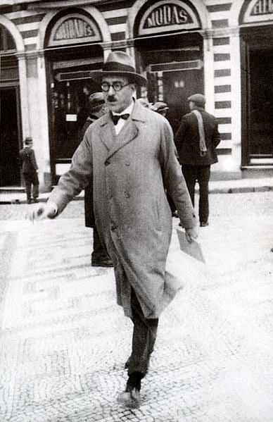 Fernando Pessoa (atrás escrito modas)