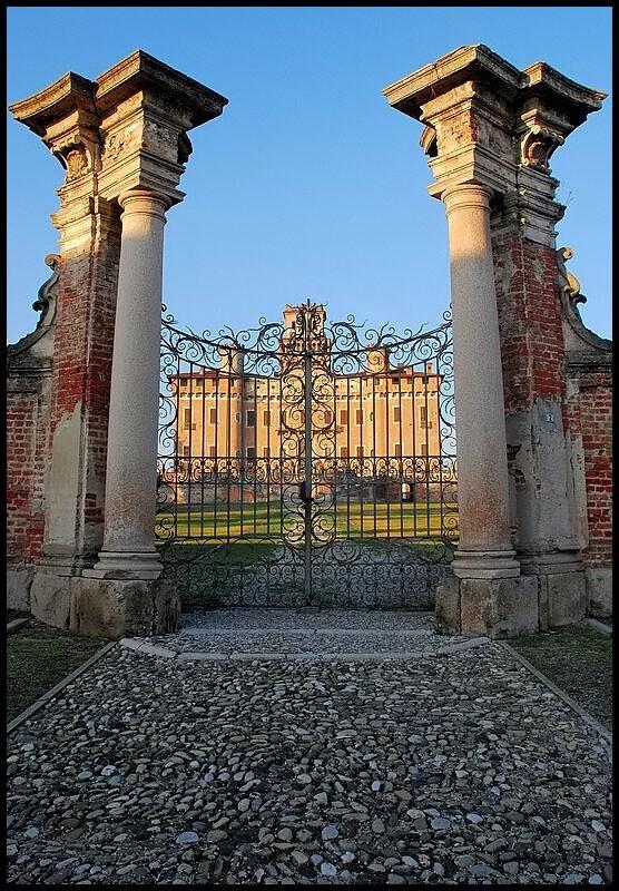 entrance gate, Chignolo Po