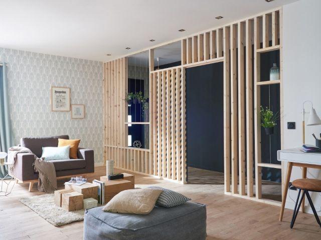 Une entrée magnifiée par un mur en bois ajouré