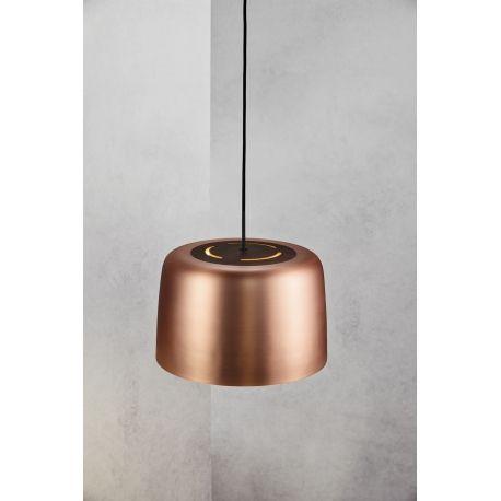 Bardzo modna lampa wisząca wykonana z metalu w kolorze czarnym lub miedzi. Lampę tę można postrzegać nie tylko jako źródło oświetlenia, ale również jako stylowy element designerskiego wnętrza. Lampa zawieszona nad dużym stołem w jadalni lub kuchni doskonale oświetli przestrzeń, dzięki czemu stworzy przyjemny klimat w mieszkaniu.