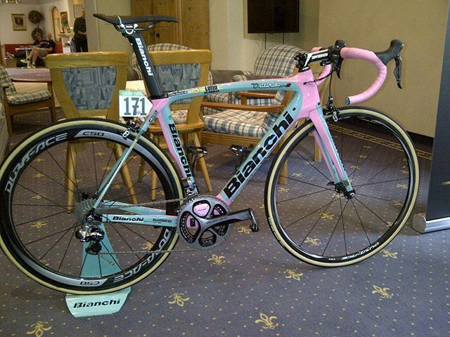 Meet the Bianchi OltreXR2! The new pink and celeste machine of @stevenkruijswijk #bianchi #shimano #bike #cycling #pink #celeste