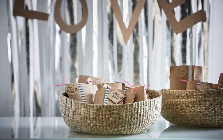 Zwei Strohkörbe voller Partygeschenke für eine Hochzeit