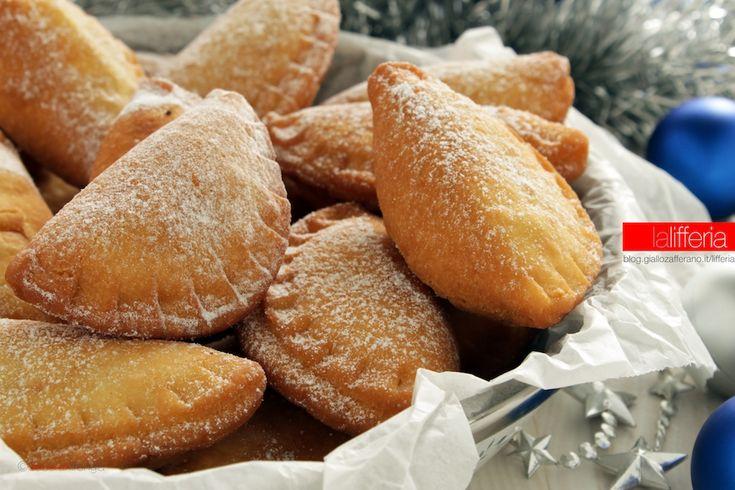 I tortellini emiliani di Natale sono dolci regionali tipici del periodo natalizio: morbidissimi fagottini ripieni, che nascondono una soffice crema.