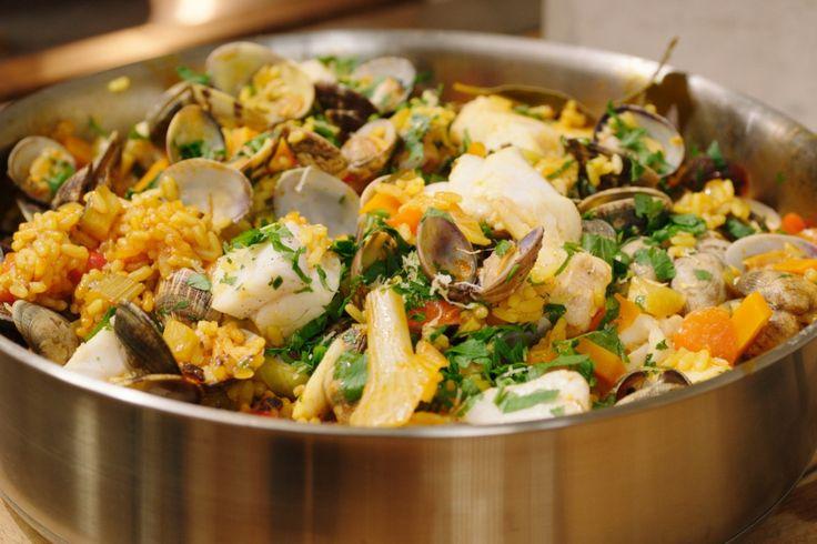 Paella is in oorsprong een armemensengerecht dat gemaakt wordt met wat voorhanden is. Jeroen maakt er een echt familierecept van met veel groenten, vis en schelpjes.