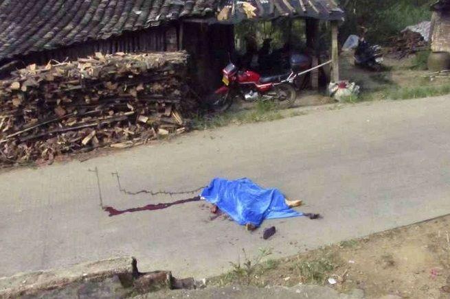 L'assassino sarebbe Shi Jianting, un uomo di mezza età, fuggito a bordo di una motociclettaÈ stata posta una taglia di 3.260 dollari per la sua cattura Pechino - Quattro bambini in età scolare son...