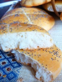 vous allez constater par vous même la facilité et la rapidité de réussir un pain aussi moêlleux en un rien de temps avec des ingrédients très facile pour un résultat magnifique. Ingrédients 250 ml d'eau tiède ou un verre 1 sachet de levure de boulanger...