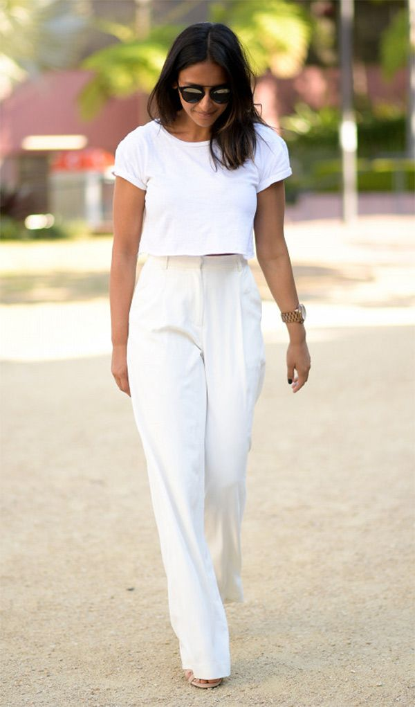 Street style look all white  com calça pantalona e blusa do mesmo tom cria um efeito alongador instantâneo.