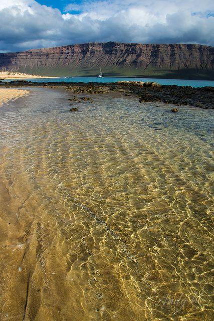 Costa de La Graciosa y el Risco de Famara, Lanzarote by Andreas Weibel, via Flickr