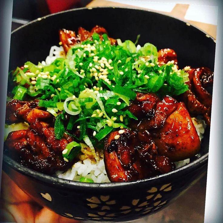 Yakitoridon de #Hanakura pollo frito con salsa teriyaki con arroz  #Repost @mimiraindrop
