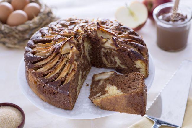 La torta di mele e Nutella è un dolce soffice e goloso  realizzato con un doppio impasto dall'effetto marmorizzato.