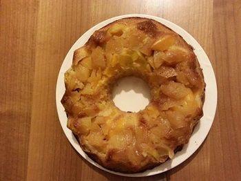 Torta rovesciata di mele e pesche con farina di riso