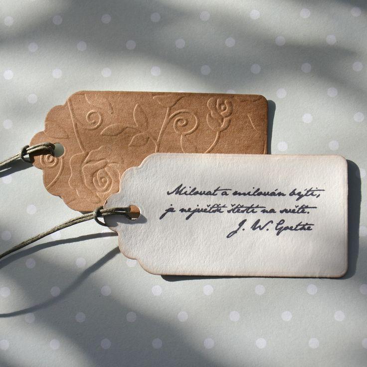Milovat a být milován... Cedulka má rozměry 90 x 45 mm. Je slepena ze dvou částí. Hnědý karton má reliéf růžiček a na druhé straně je citát o lásce od J.W.Goethe. Cena je za jednu cedulku.