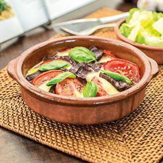 Biefstuk a la caprese is een malse biefstuk met mozzarella en pesto. Bon Appétit