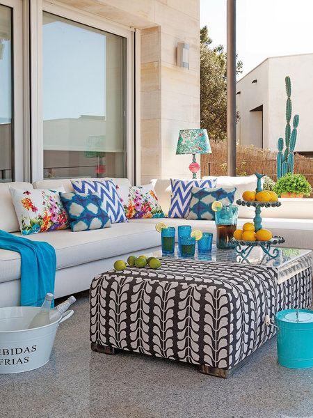 Una amplia terraza con comedor y estar es testigo de la vida familiar al aire libre