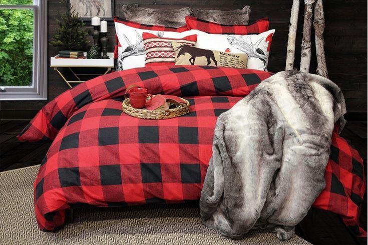 Les carreaux Buffalo en rouge et gris charbon combinent la sensibilité cachée et le charme incorrigible du bûcheron.  On peut l'utiliser à la fois en grandes et petites doses.Date d'arrivage anticipée - fin septembre, début octobre.