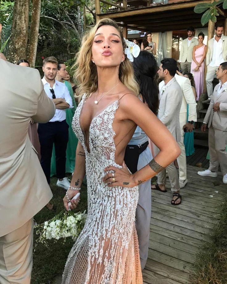 Casamento de Gabriela Pugliesi reúne looks coloridos e leves - Vogue | Noiva