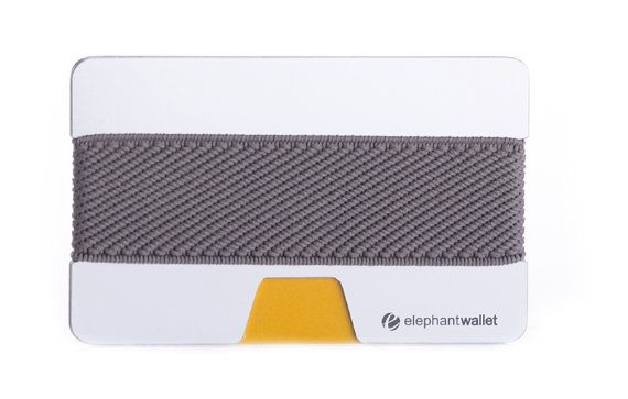 Le portefeuille « N » par éléphant porte-monnaie est le summum du design slim-line wallet. Ce portefeuille en caoutchouc et en aluminium, simple et sophistiqué est élégant et fonctionnel. Il combine un portefeuille, porte-monnaie et porte-cartes de crédit en un seul paquet peu compact. Transporter tout ce dont vous avez besoin pour votre journée dans ce portefeuille mince, minimaliste. Si vous nêtes pas encore convaincu, Découvrez notre vidéo (voir ci-dessous).  Ce portefeuille simpliste de…