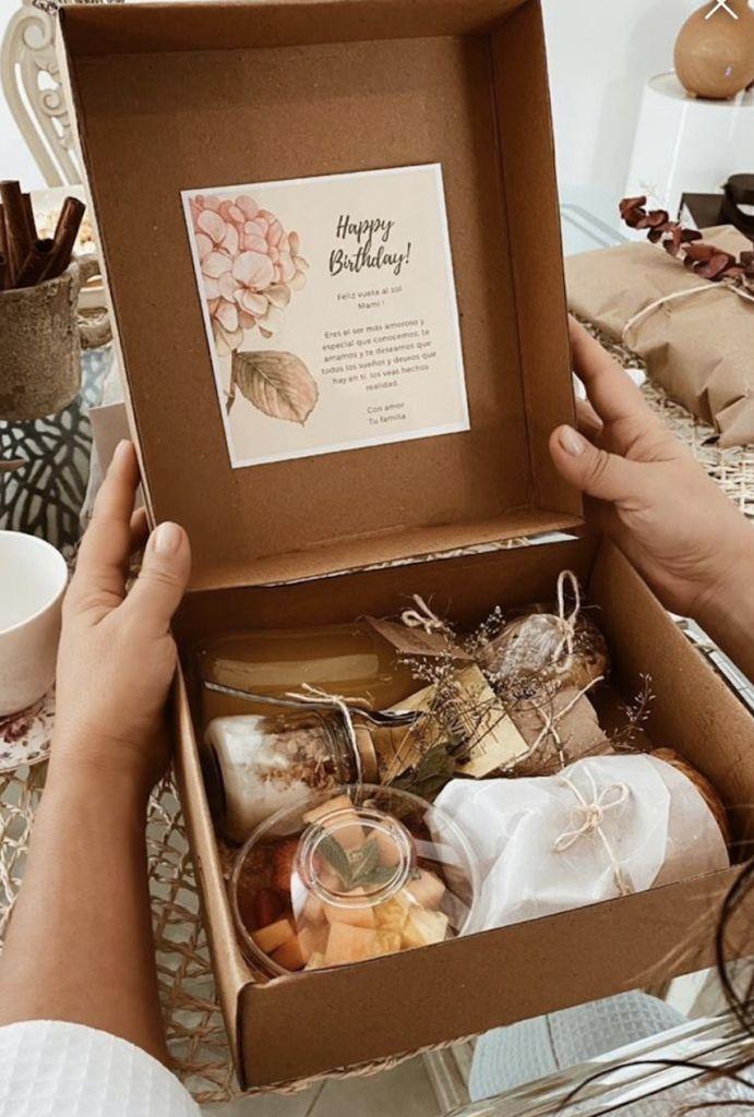Desayunos sorpresa en Bogotá - www.SeArmo.com.co Birthday Box, Friend Birthday Gifts, Food Packaging Design, Gift Packaging, Bff Gifts, Cute Gifts, Charcuterie Gift Box, Breakfast Basket, Holiday Gifts