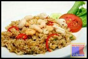 Nasi Goreng Seafood  Nasi goreng selalu indentik dengan telur. Padahal nasi goreng itu banyak jenisnya. Seperti yang akan masakankuliner.com bahas kali ini yaitu Nasi Goreng Seafood. Bagaimana proses pembuatannya ? Simak disini