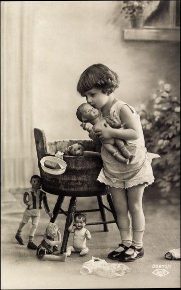 Ak Portrait eines Mädchens mit ihren Puppen und Teddy, 35870/1   eBay
