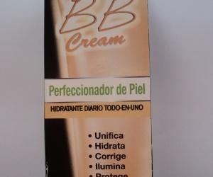 """¿Qué son las BB Cream?  Es una crema con color que tiene ciertas características. Tal como dice su caja, es un """"perfeccionador de piel"""" e """"hidratante diario todo-en-uno"""", que unifica, hidrata, corrige, ilumina y protege la piel.    Este producto contiene vitamina C que, gracias a su poder antioxidante, reaviva el brillo y la luminosidad natural de la piel. Tiene una textura liviana y un agradable aroma.    Además, posee SFP (filtro solar) 15 lo que nos protege de los rayos UVA y UVB."""
