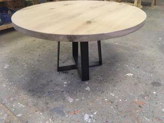 Ronde industriële eettafel met stoere ijzeren dubbele trapezium poot. Het ronde tafelblad is gemaakt van rustiek Frans eiken van 5 of 6cm dikTafelblad is behandeld met een 2comp matlakDeze lak laag is niet zichtbaar en kras en stootvast en vergeeld niet.Afmetingen: bij 5cm dik tafelblad 120 x 120 cm € 1100,- 130 x 130 cm …