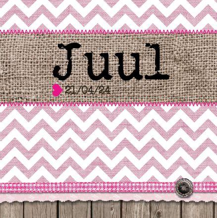 Geboortekaartje Juul Juliana Alette www.hetuilennestje.nl. Jute, roze, sticksels, lintjes, houten planken, knoopje, drukletters, retro, zigzag, linnen, stempel, briefje, stoer, meisje, dochtertje.