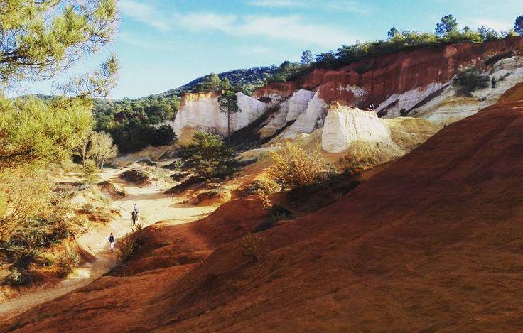Instagrammer bonjourfrankrijknl ontdekte de rotsformaties nabij het piepkleine dorpje Rustrel in de Provence, Frankrijk. Deel ook je roadtrip plezier op social media met de hashtag #meteenhuurautoziejemeer