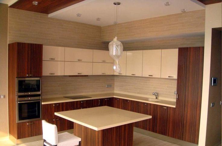 Современная кухня и обеденный стол, изготовленные на заказ.