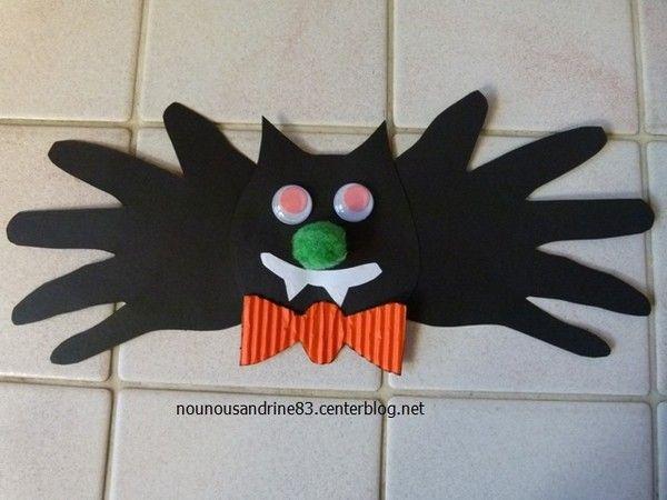 . . .activité manuelle d'halloween la chauve souris . . il faut : le gabarit deux empreintes de mains une boule pour le nez des yeux qui bougent de la colle de la colle chaude . .
