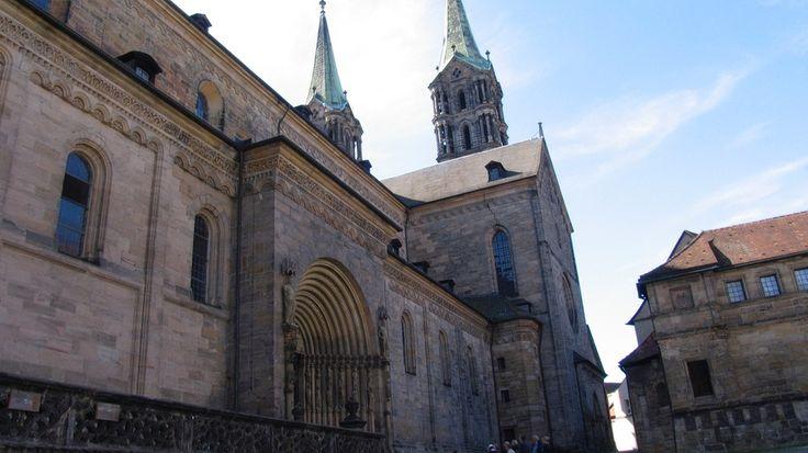 """Der Bamberger Dom blickt auf eine mehr als tausendjährige Geschichte zurück. Was wäre wohl, wenn seine Dommauern sprechen könnten? Welche Geheimnisse würden sie erzählen? In den """"Stadt-Geschichten"""" bringen Bamberger Schülerinnen und Schüler Steine zum sprechen."""