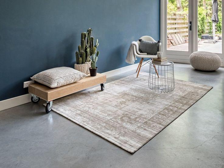 Vintage medaillon stoer vloerkleed Prachtig medaillon vloerkleed in vintage stijl waarmee je de woon- en slaapkamer enorm warm en gezellig maakt. Een mooie oplossing voor die lege plek in de woonkamer. De kleden voelen heerlijk zacht aan en zijn gemaakt van hoogwaardig synthetisch wol (polyamide). De poolhoogte van het karpet is 5 mm, dus de kat kan er niet zomaar als een soort bermuda driehoek in verdwijnen. Het vloerkleed is leverbaar in verschillende kleuren en afmetingen. Reiniging…