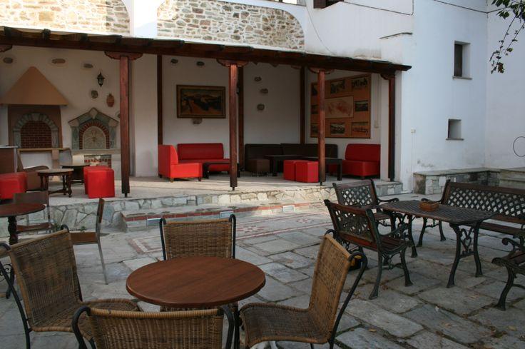 Η πλακόστρωτη γεμάτη λουλούδια αυλή, σε πλήρη αρμονία με τις εποχές του χρόνου, προσφέρεται για καφέ, ρόφημα, φαγητό ή ποτό, για την οικογένεια και τους φίλους  ή ακόμη και για οποιαδήποτε κοινωνική εκδήλωση. http://hotel-ageri.gr/Index.asp?Code=000027.Garden_Coffee_-_bar.html