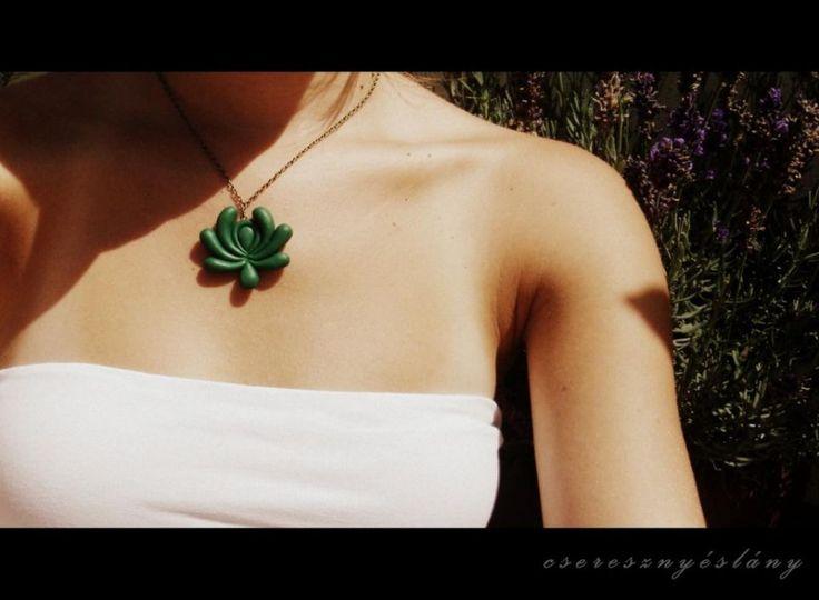 Flower necklace by http://www.breslo.hu/item/Matyo-motivumos-nyaklanc_3200#