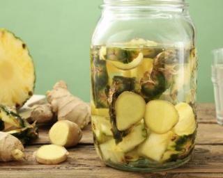 Eau détox citron ananas gingembre : http://www.fourchette-et-bikini.fr/recettes/recettes-minceur/eau-detox-citron-ananas-gingembre.html