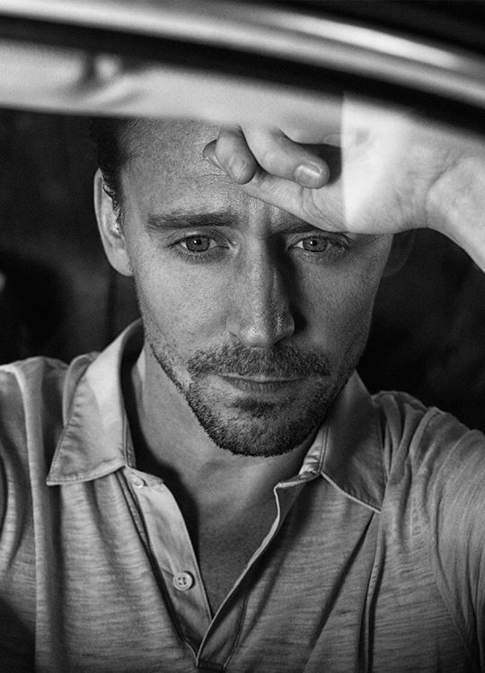 Tom Hiddleston by Kurt Iswarienko. Source: http://www.kurtiswarienko.com/ Via Torrilla. Ful size image: http://wx3.sinaimg.cn/large/6e14d388gy1feq9sapykaj213z0qo7dq.jpg