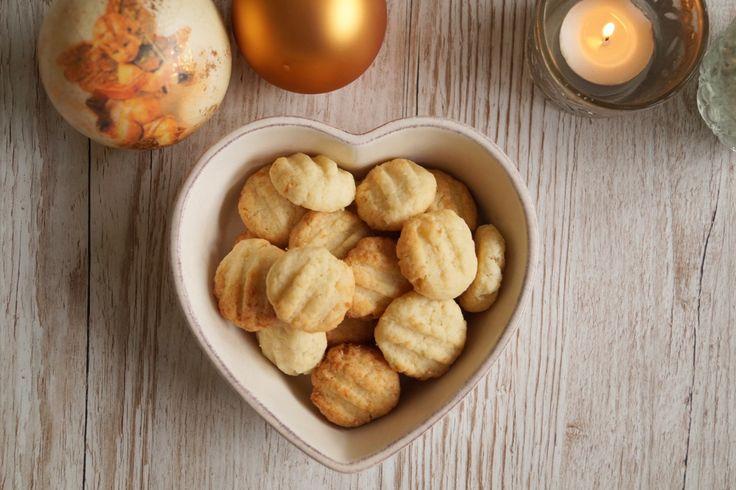 Gaffelkager - nemme julekager som børnene sagtens kan være med til at lave. Småkagedejen æltes, formes til kugler og trykkes med en gaffel inden bagning.