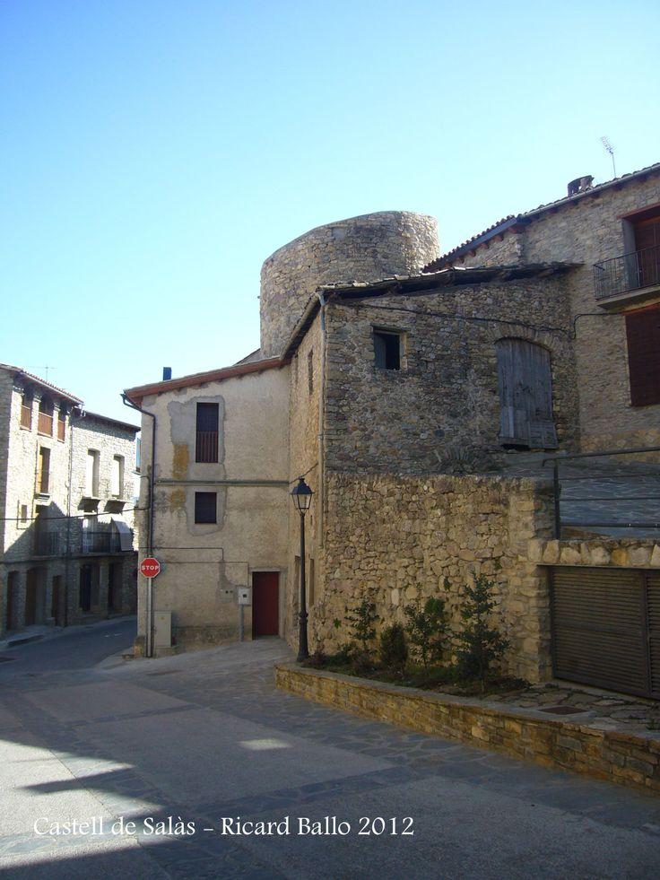 Castell de #salasdepallars Torre de l'antiga muralla envoltada de edificacions modernes. #pallarsjussa
