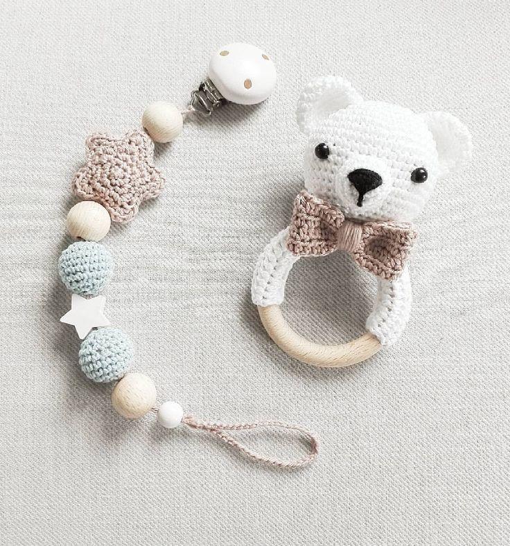 Ein kleiner Eisbär :-) im Set mit passender Schnullerkette @mianna_mara #häkeln #crochet #gehäkelt - tina_empunkt