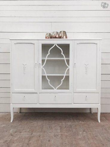 Design av VillaAntik  02502 Bokskåp brilliant H: 133cm B: 145cm D: 43cm Pris: 8200:-  Relevanta sökord: linneskåp, klädskåp, serveringsskåp, skåp, garderob, förvaring, vitrinskåp, bokskåp   Kombinera gärna denna möbel med våra andra möbler i stil med...