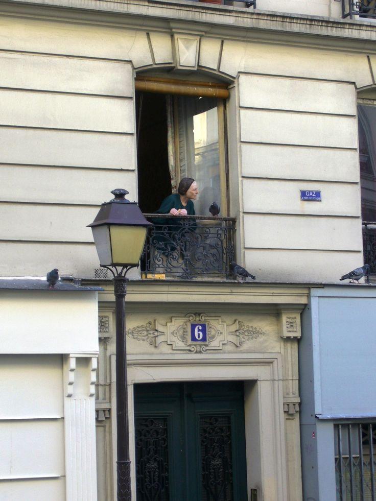 Paříž 2006. Montmartre. Stařenka si povídá s holoubky.