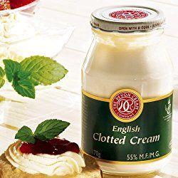Ein originalCream Teaschmeckt nur mit echter Clotted Cream. Das ist eine Art dicker Rahm (Sahne), der aus roher Kuhmilch hergestellt wird und eine Spezialität der englischen Grafschaften Devon und Cornwall ist. Mit dem Fettgehalt von mindestens 55% gehört die Clotted Cream nicht gerade zu den Schlangmachern. Aber bei frisch gebackenen Scones mit köstlicher Erdbeermarmelade …