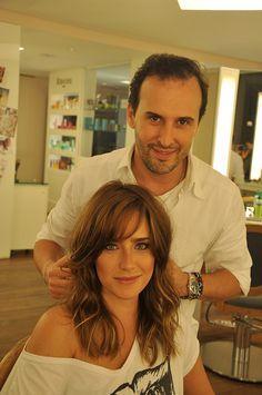 A atriz Fernanda Vasconcellos passou no salão para uma transformação. A cor de seu cabelo mudou de castanho escuro para castanho claro com nuances de lour