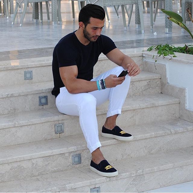 A calça branca deixou o look de @umitobeyd leve. Ótima inspiração para esse domingo. . . . #lookfds #weekendmood #styleaddict #visualmen #ootd #lookoftheday #men #model #photography #mensfashionreview #mensfashionpost #menwithstyle #fashionblog #mensblog #homensnamoda #estilo #estilomasculino #homens #moda #lookdodia #pretoebranco #blackandwhite #shoes #classy