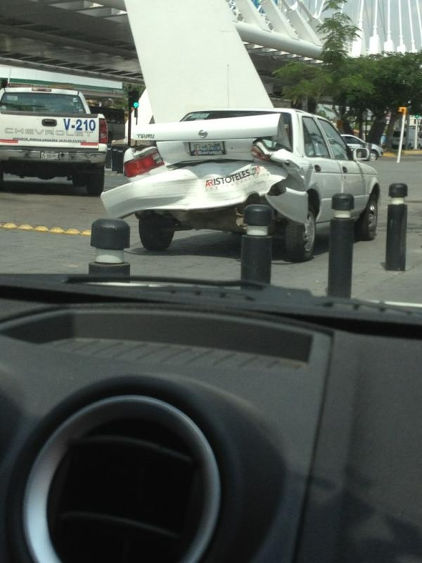 Choque muy aparatoso sobre lazaro cardenas, frente a hotel riu, vialidad en el lugar   20/06/2012