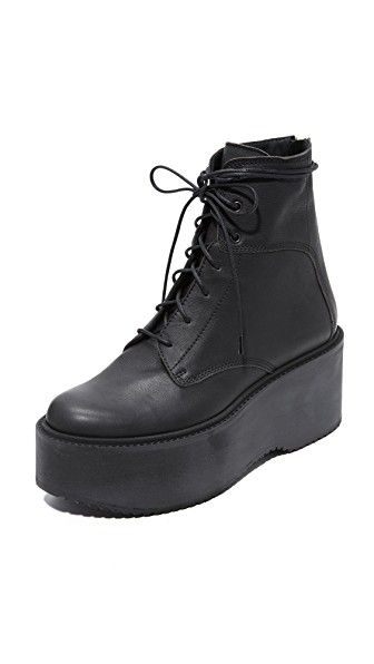 ¡Consigue este tipo de botas con plataforma de LD Tuttle ahora! Haz clic para ver los detalles. Envíos gratis a toda España. LD Tuttle The Plunge Platform Combat Boots: A bold foam platform adds a solid lift to these soft, pebbled leather LD Tuttle combat boots. Slim lace-up closure and exposed back zip. Ridged rubber sole. Leather: Calfskin. Made in Italy. This item cannot be gift-boxed. Measurements Heel: 3in / 75mm Platform: 2.25in / 60mm Shaft: 6in / 15.5cm (botas con plataforma…