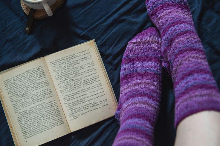 Jagodowe noce ujęcie drugie, czyli moje pierwsze skarpetki na drutach | Handknit socks